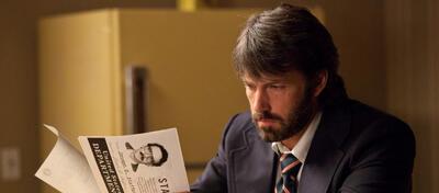 Ben Affleck studiert die Kinocharts in Argo