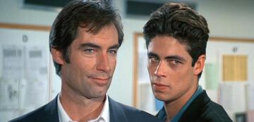 Timothy Dalton als Bond und Benicio del Toro als Dario