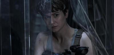Katherine Waterston wird auf der Covenant von Aliens überrascht