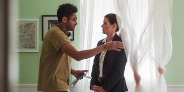 Aneesh Chaganty und Debra Messing am Set von Searching