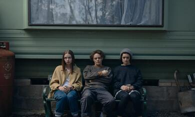 The End of the F***ing World - Staffel 2 mit Jessica Barden, Aoife Duffin und Florence Bell - Bild 7