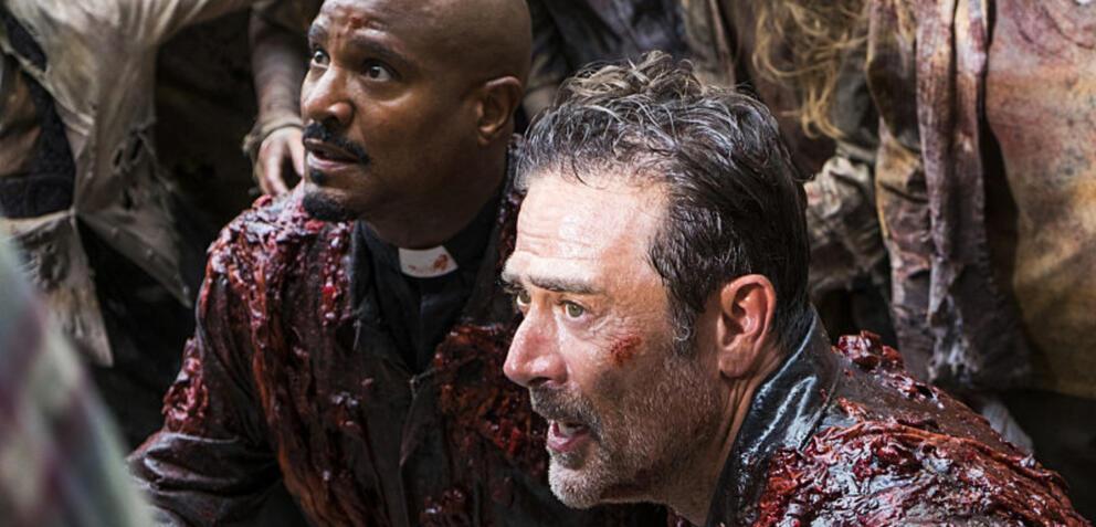 The Walking Dead: Gabriel und Negan mit Zombie-Matsch beschmiert