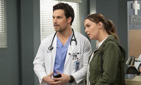 Grey's Anatomy - Staffel 15, Grey's Anatomy - Staffel 15 Episode 24 mit Camilla Luddington und Giacomo Gianniotti - Bild 1