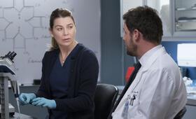 Grey's Anatomy - Staffel 15, Grey's Anatomy - Staffel 15 Episode 16 mit Ellen Pompeo und Justin Chambers - Bild 16