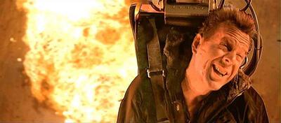 Bruce Willis fliegt der Explosion davon