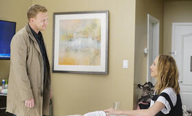 Grey's Anatomy - Staffel 16, Grey's Anatomy - Staffel 16 Episode 1 mit Kevin McKidd und Kim Raver - Bild 4