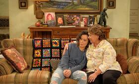 Roseanne Revival, Roseanne Revival - Staffel 1 mit Sara Gilbert und Roseanne Barr - Bild 5