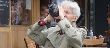 Alain Resnais am Set von Vorsicht Sehnsucht - Les herbes folles