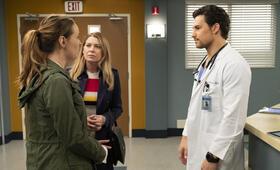 Grey's Anatomy - Staffel 15, Grey's Anatomy - Staffel 15 Episode 24 mit Ellen Pompeo, Camilla Luddington und Giacomo Gianniotti - Bild 2