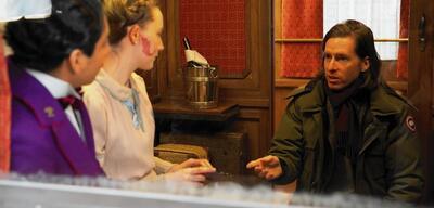 Wes Anderson (rechts) am Set von Grand Budapest Hotel