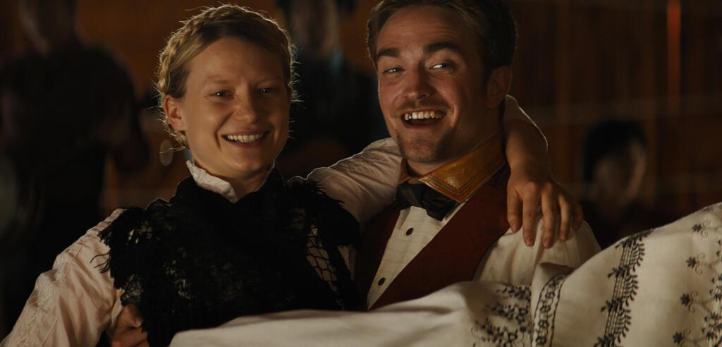 Mia Wasikowska und Robert Pattinson in Damsel
