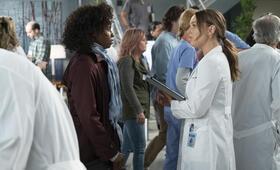 Grey's Anatomy - Staffel 15, Grey's Anatomy - Staffel 15 Episode 19 mit Camilla Luddington und Khalilah Joi - Bild 8