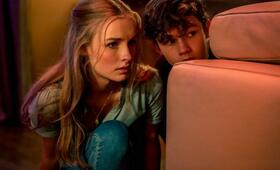 Safe Neighborhood mit Olivia DeJonge - Bild 5