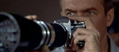 James Stewart beim Beobachten durch Das Fenster zum Hof