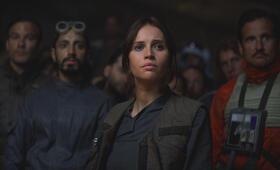 Rogue One: A Star Wars Story mit Felicity Jones und Riz Ahmed - Bild 40