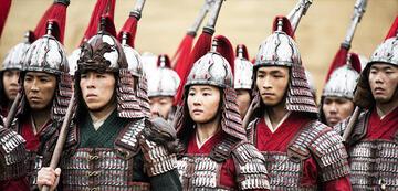 Mulan inmitten der anderen Soldaten