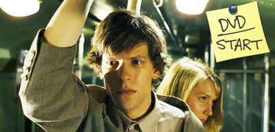 Jesse Eisenberg und Mia Wasikowska in The Double