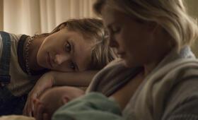 Tully mit Charlize Theron und Mackenzie Davis - Bild 20