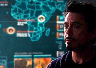 Tony Stark steht in Iron Man 2 vor einer Karte, die die Lage von Wakanda zeigt