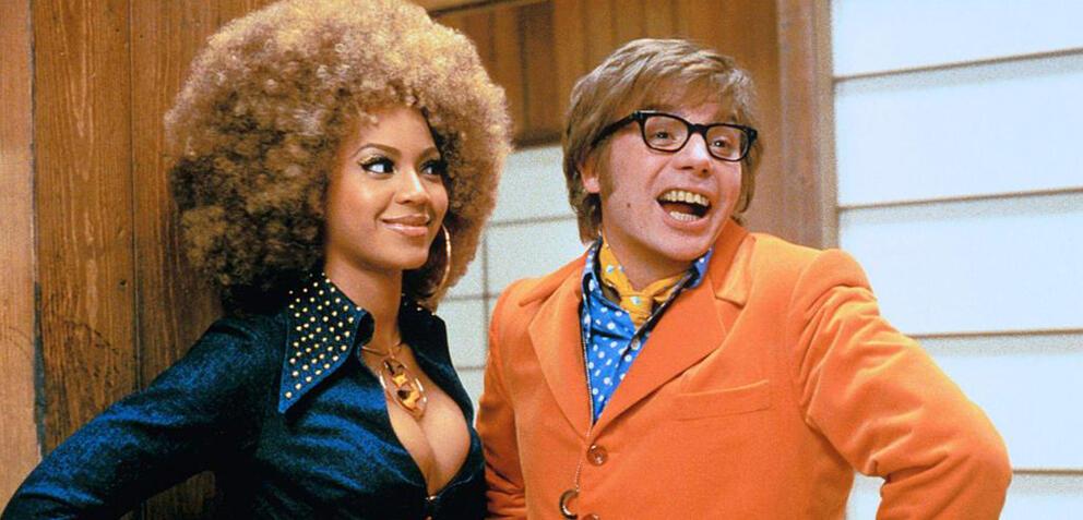 Beyoncé Knowles und Mike Myers in Austin Powers in Goldständer