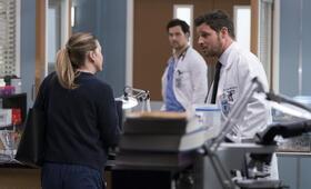 Grey's Anatomy - Staffel 15, Grey's Anatomy - Staffel 15 Episode 16 mit Ellen Pompeo, Justin Chambers und Giacomo Gianniotti - Bild 14