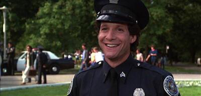 Kämpft bald gegen Lavaspinnen: Steve Guttenberg aus Police Academy