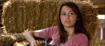 Miley Cyrus im Heu