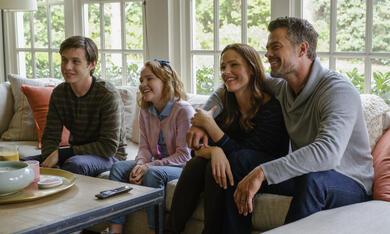 Love, Simon mit Jennifer Garner, Josh Duhamel, Nick Robinson und Talitha Eliana  Bateman - Bild 12