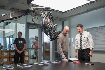 Gavin O'Connor und Ben Affleck (beide re.) am Set von The Accountant