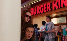 Stranger Things - Staffel 3 mit Millie Bobby Brown und Sadie Sink - Bild 9