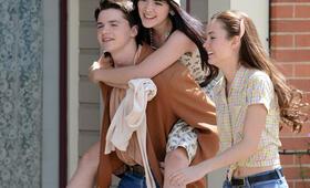 Dear Eleanor - Zwei Freundinnen auf der Suche nach ihrer Heldin mit Liana Liberato und Joel Courtney - Bild 15