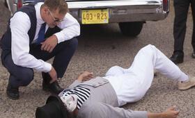 Dirty Cops - War on Everyone mit Alexander Skarsgård - Bild 13
