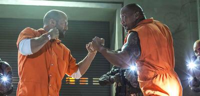 Jason Statham und Dwayne Johnson als Shaw und Hobbs in Fast & Furious 8