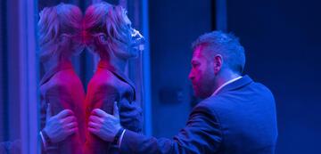 Elizabeth Debicki und Kenneth Branagh in Tenet