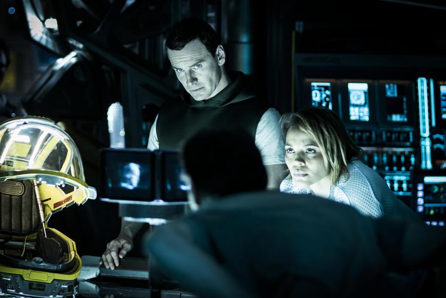 Alien: Covenant mit Michael Fassbender und Carmen Ejogo