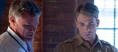 Joe Johnston und Chris Evans am Set von Captain America