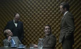 Männer Ihrer Majestät: Percy Alleline / Codename: As (Toby Jones), Toby Esterhase / Codename: Bube (David Dencik), Roy Bland / Codename: Dame (Ciarán Hinds) und Bill Haydon / Codename: König (Colin Firth) - Bild 23