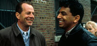 Bild zu:  M. Night Shyamalan & Bruce Willis am Set von The Sixth Sense