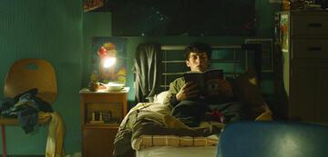 Stefan wählt das Buch in Black Mirror: Bandersnatch