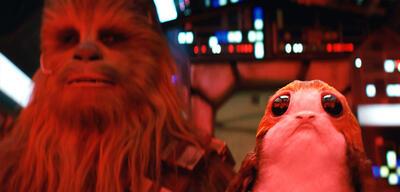 Chewbacca und ein Porg in Star Wars: Die leztten Jedi