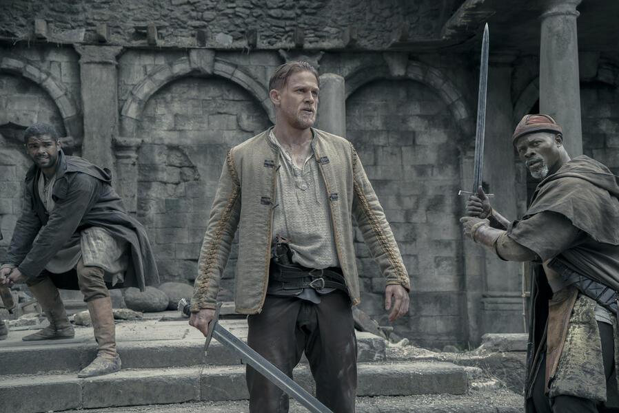 King Arthur: Legend of the Sword mit Charlie Hunnam, Djimon Hounsou und Kingsley Ben-Adir