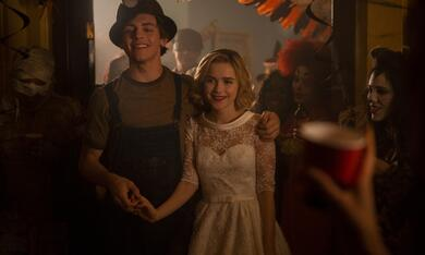 Chilling Adventures of Sabrina, Chilling Adventures of Sabrina - Staffel 1, Chilling Adventures of Sabrina - Staffel 1 Episode 2 mit Kiernan Shipka und Ross Lynch - Bild 11