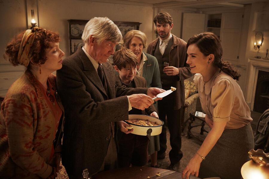 Deine Juliet mit Lily James, Michiel Huisman, Katherine Parkinson, Tom Courtenay, Penelope Wilton und Kit Connor