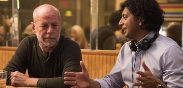 M. Night Shyamalan mit Bruce Willis beim Dreh von Glass