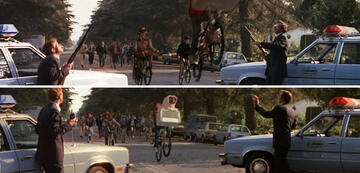 E.T.: Wo im Original noch Gewehre waren (oben) sind heute nur noch Funkgeräte (unten)