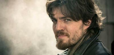 Cormoran StrikesTom Burke als Athos