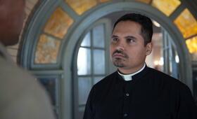 The Vatican Tapes mit Michael Peña - Bild 14
