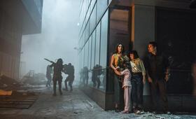 Extinction mit Michael Peña, Lizzy Caplan und Amelia Crouch - Bild 4