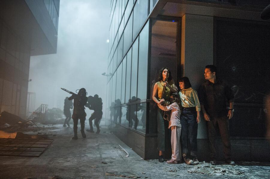 Extinction mit Michael Peña, Lizzy Caplan und Amelia Crouch