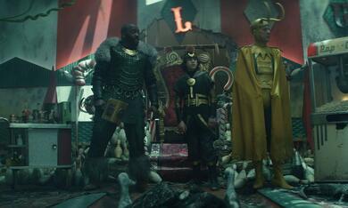 Loki, Loki - Staffel 1, Loki - Staffel 1 Episode 5 mit Richard E. Grant, Deobia Oparei und Jack Veal - Bild 1